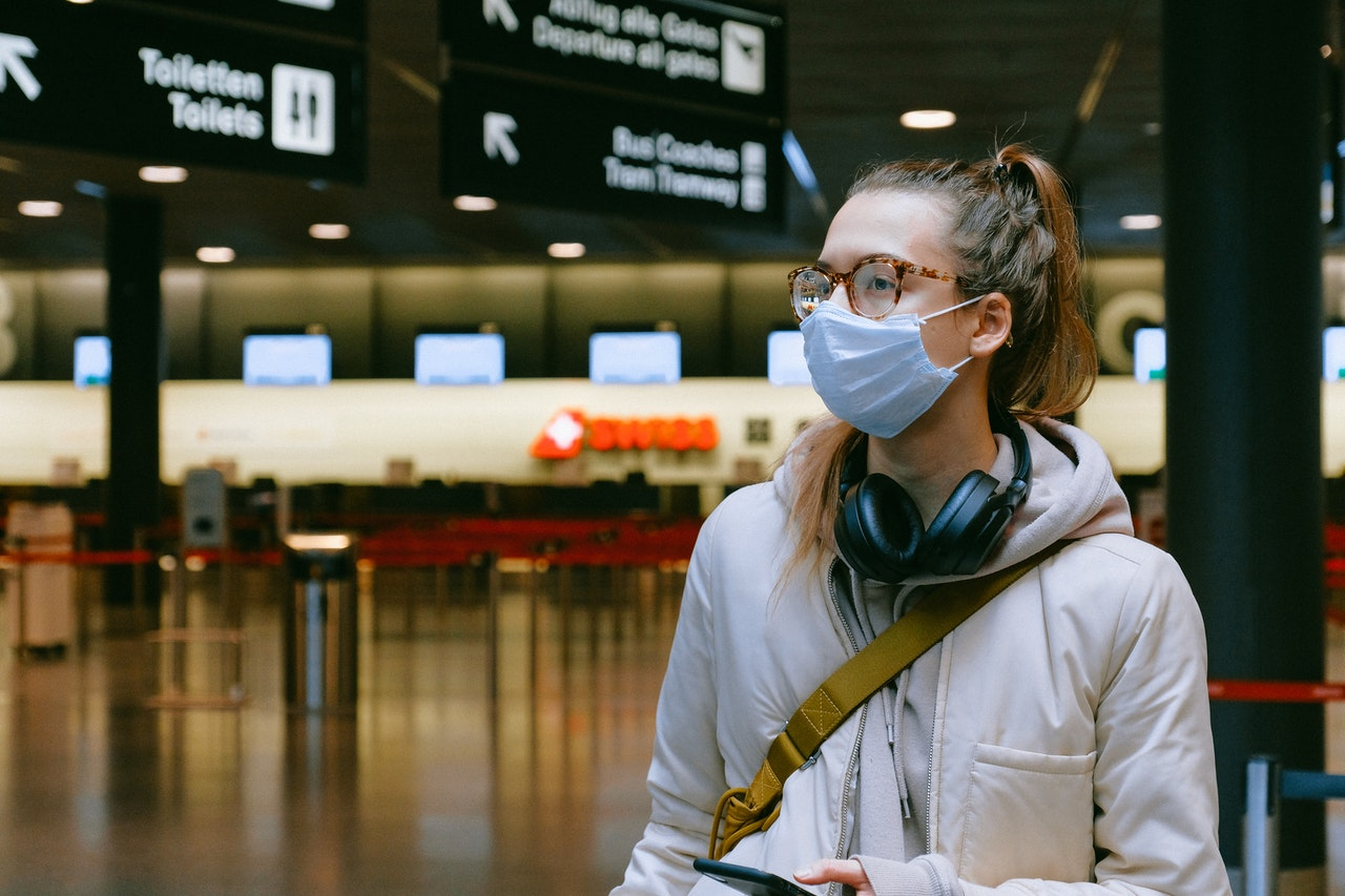 Personne masquée dans un aéroport