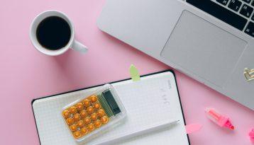 Calculatrice, café et ordinateur