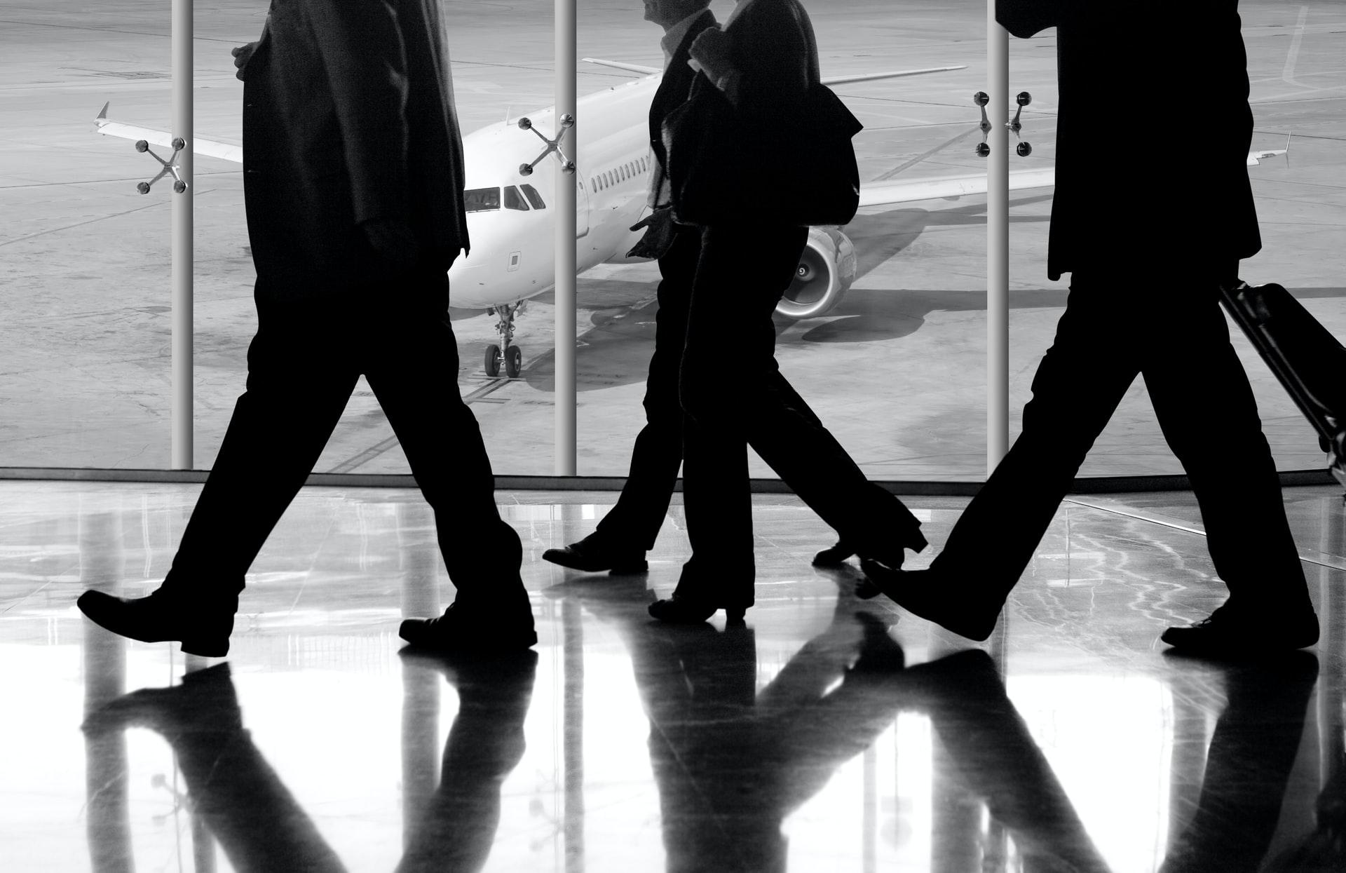 Personnes marchant dans un aéroport